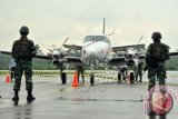 Sejumlah prajurit TNI AU bersiaga di sekitar pesawat asing yang masuk ke wilayah Indonesia tanpa ijin, sesaat setelah dipaksa mendarat di Lanud Supadio, Kabupaten Kubu Raya, Kalbar, Selasa (28/10). TNI AU mengerahkan lima pesawat Hawk dan dua pesawat Sukhoi untuk memaksa turun sebuah pesawat asing komersial jenis Cessna dari Singapura yang telah melintasi wilayah Indonesia tanpa ijin. Hingga kini TNI AU masih melakukan pemeriksaan intensif terhadap tiga kru pesawat yaitu Tan Chin Kian (64), Xiang Bohong (25) dan Zheng Chen (24). ANTARA FOTO/Jessica Helena Wuysang