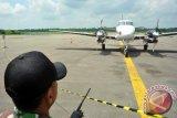 Seorang anggota TNI AU bersiaga di sekitar pesawat latih Cessna asal Singapura yang diamankan di Lanud Supadio, Kabupaten Kubu Raya, Kalbar, Rabu (29/10). Pesawat latih jenis Cessna asal Singapura yang membawa tiga kru yaitu Tan Chin Kian (64), Xiang Bohong (25) dan Zheng Chen (24) yang dipaksa turun oleh TNI AU di Lanud Supadio pada Selasa (28/10) karena tidak memiliki ijin terbang di wilayah Indonesia tersebut, telah dibebaskan karena sudah melengkapi sejumlah dokumen ijin penerbangan dan akan langsung kembail ke Singapura. ANTARA FOTO/Jessica Helena Wuysang/ed/ama/14