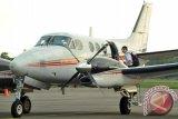 Satu dari tiga kru pesawat latih Cessna asal Singapura menaiki tangga pesawat, sesaat sebelum terbang dari Lanud Supadio di Kabupaten Kubu Raya, Kalbar, Rabu (29/10). Pesawat latih jenis Cessna asal Singapura yang membawa tiga kru yaitu Tan Chin Kian (64), Xiang Bohong (25) dan Zheng Chen (24) yang dipaksa turun oleh TNI AU di Lanud Supadio pada Selasa (28/10) karena tidak memiliki izin terbang di wilayah Indonesia tersebut, telah dibebaskan karena sudah melengkapi sejumlah dokumen izin penerbangan dan akan langsung kembail ke Singapura. ANTARA FOTO/Jessica Helena Wuysang/ed/ama/14