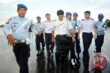 Sejumlah prajurit TNI AU menggiring tiga kru pesawat asing, sesaat setelah dipaksa mendarat di Lanud Supadio, Kabupaten Kubu Raya, Kalbar, Selasa (28/10). TNI AU mengerahkan lima pesawat Hawk dan dua pesawat Sukhoi untuk memaksa turun sebuah pesawat asing komersial jenis Cessna dari Singapura yang telah melintasi wilayah Indonesia tanpa ijin. Hingga kini TNI AU masih melakukan pemeriksaan intensif terhadap tiga kru pesawat yaitu Tan Chin Kian (64), Xiang Bohong (25) dan Zheng Chen (24). ANTARA FOTO/Jessica Helena Wuysang