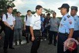 Danlanal Supadio, Kolonel (pnb) Tedi Rizalihadi (kedua kanan) berbicara dengan Pilot pesawat latih Cessna asal Singapura, Tan Chin Kian (keempat kiri) dan dua kru pesawat lainnya yang akan terbang dari Lanud Supadio di Kabupaten Kubu Raya, Kalbar, Rabu (29/10). Pesawat latih jenis Cessna asal Singapura dengan tiga kru yaitu Tan Chin Kian (64), Xiang Bohong (25) dan Zheng Chen (24) dipaksa mendarat oleh TNI AU ke Lanud Supadio pada Selasa (28/10) karena tidak memiliki izin terbang di wilayah Indonesia. Mereka telah dibebaskan karena sudah melengkapi sejumlah dokumen izin penerbangan dari Mabes TNI AU dan Dirjen Perhubungan Udara, serta membayar denda sebesar Rp60 Juta sesuai aturan yang berlaku. ANTARA FOTO/Jessica Helena Wuysang