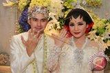 Artis sekaligus presenter Raffi Ahmad (kiri) bersama istri Nagita Slavina (kanan) menunjukan cincin seusai akad nikah di Jakarta, Jumat, (17/10). ANTARA FOTO/Julius Wiyanto