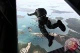 Sejumlah personil Batalyon Intai Amfibi-2 Marinir TNI AL melakukan terjun bebas di atas wilayah Pulau Setoko, Batam, Sabtu (8/11). Sebanyak 17 personil Taifib melakukan latihan terjun bebas (free fall) sebagai rangkaian pengukuhan Yonif Mar 10/SBY. ANTARA FOTO/Joko Sulistyo/MFD/14