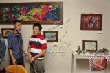 Pengunjung mengamati hasil karya lukisan anak penyandang disabilitas khusus autisme dalam pameran Seni Rupa Anak dan Remaja dengan Autisme yang bertajuk 'Langkah Awal' di Galeri Aprilia, Jakarta, Jumat (7/11). Pameran lukisan dan keramik yang diadakan oleh Sekolah Khusus Spectrum tersebut memamerkan 26 lukisan dan 34 keramik hasil karya anak-anak penyandang disabilitas khusus Autisme yang berlangsung 7-13 November 2014.ANTARA FOTO/Reno Esnir