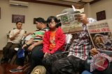Sejumlah remaja penyandang disabilitas khusus autisme menghadiri acara pembukaan pameran Seni Rupa Anak dan Remaja dengan Autisme yang bertajuk 'Langkah Awal' di Galeri Aprilia, Jakarta, Jumat (7/11). Pameran lukisan dan keramik yang diadakan oleh Sekolah Khusus Spectrum tersebut memamerkan 26 lukisan dan 34 keramik hasil karya anak-anak penyandang disabilitas khusus Autisme yang berlangsung 7-13 November 2014.ANTARA FOTO/Reno Esnir
