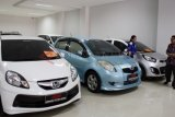 Kediri (Antara Jatim) - Pekerja melayani calon pembeli mobil bekas di sebuah show-room penjualan mobil bekas di Kediri, Jawa Timur, Rabu (4/6). Menurut pemilik Show-Room Mobil Bekas, sejak isu rencana Pemerintah menaikkan harga BBM subsidi di era Presiden SBY dan kepastian akan dinaikkan oleh Pemerintahan Presiden Jokowi, penjualan mobil bekas menurun drastis. (FOTO Rudi Mulya/14/edy)