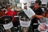 Sejumlah guru pendamping memproses minyak jelantah (minyak goreng bekas) menjadi bio solar di SMK Negeri 2 Salatiga, Jawa Tengah, Rabu (3/12). Guru dan pelajar di sekolah tersebut mengubah minyak jelantah, alkohol, katalisator yang diolah dengan cara transesterifikasi sehingga menghasilkan inovasi bahan bakar alternatif bio solar yang lebih efisien dan hemat biaya. ANTARA FOTO/ Aloysius Jarot Nugroh/wdy/14