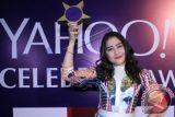 Bintang sinetron Prilly Latuconsina menerima penghargaan Yahoo Celebrity Awards 2014 saat hadir dalam malam peanugerahan perhargaan tersebut di Jakarta, Sabtu (6/12). Pemain sinetron Ganteng Ganteng Serigala tersebut mendapat penghargaan bagi selebriti terfavorit kategori Teenage Girl Idol Yahoo. ANTARA FOTO/Julius Wiyanto