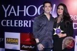 Aktris Olla Ramlan (kanan) bersama suaminya Aufar Hutapea menerima penghargaan Yahoo Celebrity Awards 2014 saat hadir dalam malam peanugerahan perhargaan tersebut di Jakarta, Sabtu (6/12). Olla mendapat penghargaan bagi selebriti terfavorit kategori Sexiest Mom Yahoo. ANTARA FOTO/Julius Wiyanto