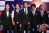 Grup band D'Massiv saat hadir dalam karpet merah malam peanugerahan perhargaan Yahoo Celebrity Awards 2014 di Jakarta, Sabtu (6/12). ANTARA FOTO/Julius Wiyanto