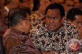 Wakil Presiden Jusuf Kalla (kiri) berbincang dengan Menteri Perdagangan Rachmat Gobel (kanan) saat menghadiri pembukaan Rapat Pimpinan Nasional (Rapimnas) Kadin tahun 2014 di Jakarta, Senin (8/12). Dalam Rapimnas tersebut Kadin mengusung tema Mengembalikan Kejayaan Ekonomi Maritim Untuk Kesejahteran Rakyat. ANTARA FOTO/Muhammad Adimaja/wdy/14.