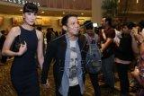 Vokalis Grup band Noah Ariel (kanan) menggandeng penyanyi Sophia Latjuba saat menghadiri gala premier film Pendekar Tongkat Emas di Jakarta, Jumat (12/12) malam. Keduanya hadir untuk menonton film yang dibintangi oleh putri sulung Sophia yakni Eva Celia. ANTARA FOTO/Julius Wiyanto/Rei/nz/14.