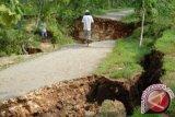 Jalan tepi Sungai Oya merekah terdampak hujan