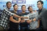 Kelompok musik Noah bersama mantan drummer Noah, Reza (kedua kanan) memperlihatkan cd album terbaru mereka dalam konferensi pers peluncuran album Noah dan Konser 1000 Cerita Malam Tahun Baru di Jakarta, Selasa, (30/12). Album berjudul Second Chance tersebut Noah mengaransemen sembilan lagu dari album Peterpan dan tiga lagu baru berjudul Hero, Seperti kemarin dan Suara Pikiranku. ANTARA FOTO/Teresia May/ss/Spt/14