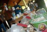 Kasubdit Krimsus Polda Jabar AKBP Eko Sulistyo (kedua kiri) didampingi Kasubdit Pemnas Polda Jabar AKBP Bahtiar (kiri) menunjukkan barang bukti produk kosmetik ilegal di Mapolda Jabar, Bandung, Jabar, Jumat (16/1). Polda Jabar berhasil menangkap empat pelaku beserta ratusan barang bukti farmasi jenis kosmetik bahan berbahaya jenis Merkuri siap edar tanpa ijin produksi dan ijin edar dari BPOM, dengan omzet mencapai ratusan juta/bulan. ANTARA FOTO/Fahrul Jayadiputra/ed/ama/15