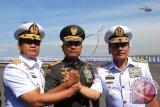 Panglima TNI, Jenderal TNI Moeldoko (tengah) melakukan salam komando dengan KSAL yang baru, Laksamana Madya TNI Ade Supandi (kiri) beserta pejabat lama, Laksamana TNI Marsetio (kanan) usai upacara serah terima jabatan (Sertijab) di Dermaga Ujung, Koarmatim, Surabaya, Jawa Timur, Selasa (6/1). Laksamana Madya TNI Ade Supandi menggantikan Laksamana TNI Marsetio yang telah memasuki masa purna tugas. ANTARA FOTO/M Risyal Hidayat/wdy/15.