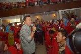 Madiun (Antara Jatim) - Menteri Pemuda dan Olahraga (Menpora) Imam Nahrawi (kiri) bernyanyi bersama mahasiswa di gedung pertemuan Institut Keguruan dan Ilmu Pendidikan (IKIP) PGRI Madiun,  Sabtu (10/1). Hadir di IKIP PGRI, Menpora tampil sebagai salah satu pembicara dalam seminar nasional bertema Peran Pemuda Dalam Membangun Kemandirian Bangsa Menghadapi Masyarakat Ekonomi Asean. (FOTO Siswowidodo/15/edy)