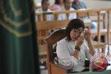 Terdakwa kasus pembunuhan warga Inggris, Noor Ellis menangis saat mendengarkan pembacaan dakwaan dalam sidang di Pengadilan Negeri Denpasar, Rabu (4/2). Jaksa penuntut umum mendakwa Noor Ellis telah merencanankan pembunuhan suaminya yang merupakan warga Inggris, Robert Kevin Ellis  pada 20 Oktober 2014 dengan melibatkan 5 terdakwa lainnya. ANTARA FOTO/Nyoman Budhiana/i018/2015.