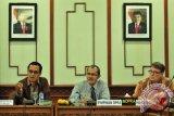 Anggota Komisi VI DPR Aceh T Iskandar Daud (kiri) didampingi Pimpinan DPR Aceh, Dalimi (tengah) memberikan penjelasan kepada tamunya, untusan Pemerintah Norwegia, Prof Arild Granerod (kanan) dalam pertemuan dengan anggota dewan di Banda Aceh, Jumat (13/2). Norwegia yang telah banyak membantu Aceh  pasca tsunami tahun 2004 lalu, berkeinginan melanjutkan bantuan kerjasama untuk Aceh di bidang  penanganan pasien gangguan kejiwaan  dan selain akan membangun kawasan kawasan perkampungan masyarakat ganguan mental di Aceh. ANTARAACEH.COM/Ampelsa/15
