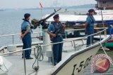 Sejumlah personel TNI AL bersiaga dengan persenjataan mereka di Kapal Angkatan laut (KAL) Serayu di sekitar Dermaga Sleko, Cilacap, Jateng, Selasa (24/2). TNI AL melakukan patroli di sekitar perairan Nusakambangan, sebagai bagian dari upaya pengamanan wilayah dan pengamanan eksekusi terhadap sejumlah terpidana mati di Pulau Nuskambangan. ANTARAFOTO/Idhad Zakaria/ss/Spt/15