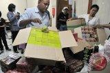 Petugas Balai Besar Pengawasan Obat dan Makanan (BBPOM) Denpasar memeriksa beragam merek jamu berbahaya yang berhasil dicegah dari peredaran, di kantor BBPOM Denpasar, Bali, Jumat (6/3). BBPOM Denpasar menyita ribuan produk dari 90 jenis jamu tradisional tanpa izin edar dan diduga mengandung zat-zat yang tidak terkontrol kadarnya sehingga dapat membahayakan kesehatan. ANTARA FOTO/Nyoman Budhiana/i018/2015.