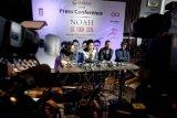 (dari kiri) Grup band Noah dengan personilnya David (keyboad), Ariel (vokal), Uki (gitar) dan Lukman (gitar) memberi keterangan pers terkait tur musik internasionalnya di Hard Rock Cafe, Jakarta, Senin (16 /3). Noah akan mulai debut internasionalnya dengan melakukan rangkaian tur yang diberi nama