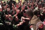 Prajurit Bataliyon Kaveleri 11 Serbu Kodam Iskandar Muda berjoget bersama pada acara hiburan usai serah terima jabatan di Jantho, Aceh Besar, Aceh, Rabu (25/3). Komandan Bataliyon Kavaleri yang baru, Letkol Kavaleri, Kapti Hertantyawan   menggantikan Komandan Bataliyon Kaveleri yang lama, Letkol Kav Dedi Safrudin. ANTARAACEH.COM/Ampelsa/15