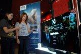 Surabaya (Antara Jatim) - Pengunjung mencoba menu X1 Combo HD, saat dilaunching, di Surabaya, Rabu (11/3). Penyedia layanan internet pita lebar (high-speed broadband) dan TV berbayar, Link Net-First meluncurkan X1 Combo HD Packs terbaru yang dilengkapi dengan smart box interaktif dua arah dan First Media Go yang menghadirkan pengalaman hiburan multimedia interaktif bagi pelanggannya. FOTO Saiful Bahri/15/Chan.
