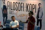 Surabaya (Antara Jatim) - Aktor Rio Dewanto (kiri) menyimak pembicaraan Associate Produser Film