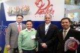 Direktur Eksekutif Asosisasi Pengelolaan Rajungan Indonesia (APRI) Dr Hawis Maddupa (baju hijau), dan Sekretaris Dewan APRI, Ir Bambang Arif Nugraha (paling kanan) disela-sela pertemuan