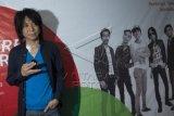 Musisi Abdee Negara berpose usai konferensi pers tentang konser jelang KAA 2015, di markas Slank, Jakarta, Senin (13/4). Abdee cuti dari profesinya sebagai gitaris Slank karena sakit ginjal. ANTARA FOTO/Rosa Panggabean/ama/15.