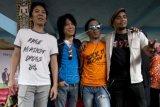 Grup musik Slank berpose usai konferensi pers tentang konser menjelang KAA 2015, di markas Slank, Jakarta, Senin (13/4). Konser di Gelora Bung Karno pada Minggu (19/4) tersebut juga mengampanyekan 'Say No to Drugs'. ANTARA FOTO/Rosa Panggabean/ama/15.