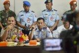 Komandan Pangkalan Udara Sultan Hasanuddin Marsekal Pertama TNI AU Tamsil Gustari Malik (tengah) memberikan keterangan pers didampingi Kapolres Kabupaten Maros AKBP Hotman Sirai (kanan) dan GM Angkasa Pura I Yunus Suprayogi (kiri) di Bandara lama Sultan Hasanuddin, Maros, Sulawesi Selatan, Jumat (17/4). Ancaman teror berupa SMS untuk pesawat Batik Air tipe A320 tujuan Ambon-Jakarta yang terpaksa mendarat di bandara setempat, tidak terbukti dan pesawat dinyatakan steril dan dapat kembali melanjutkan penerbangan. ANTARA FOTO/Darwin Fatir/ss/ama/15.