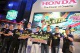 Surabaya (Antara Jatim) - Presiden Direktur HSC Ang Hoey Tiong (ketiga kanan) didampingi Direktur HSC, Rudy Surjanto (ketiga kiri), General Manager HSC, Wendy Miharja (kedua kanan) berfoto bersama dengan para pemenang kontes modifikasi mobil