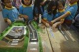 Jakarta (Antara) - Anak-anak melihat maket di salah satu stan pameran dalam rangka Hari Air Dunia XXIII di Waduk Pluit, Jakarta Utara (9/5). Pameran itu merupakan rangkaian Hari Air Dunia yang jatuh 22 Maret lalu dan bertujuan mendorong penghematan air dan konservasi air. ANTARA FOTO/Fanny Octavianus/nz/15.