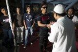"""Anggota Band Slank Kaka (keempat kiri) memberi bantuan kepada perwakilan dari sebuah yayasan panti asuhan dengan disaksikan anggota Band Slank lainnya Bimbim (ketiga kiri) Ivanka (kiri), dan Ridho (kedua kiri) usai memberi keterangan pers mengenai """"single"""" bertajuk Halal di markas Slank di Gang Potlot, Jakarta, Rabu (24/6). """"Single"""" tersebut akan disertakan dalam album ke-21 Slank dan menjadi lagu pengiring dalam film 99% Muhrim Get Married 5. ANTARA FOTO/Rosa Panggabean/Asf/aww/15."""