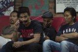 """Anggota Band Slank Bimbim (kanan), Kaka (kedua kiri), Ivanka (kedua kanan), dan Ridho (kiri) memberi keterangan pers mengenai """"single"""" bertajuk Halal di markas Slank di Gang Potlot, Jakarta, Rabu (24/6). """"Single"""" tersebut akan disertakan dalam album ke-21 Slank dan menjadi lagu pengiring dalam film 99% Muhrim Get Married 5. ANTARA FOTO/Rosa Panggabean/Asf/aww/15."""