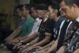 """Anggota Band Slank Bimbim (ketiga kanan) melaksanakan salat usai memberi keterangan pers mengenai """"single"""" bertajuk Halal di markas Slank di Gang Potlot, Jakarta, Rabu (24/6). """"Single"""" tersebut akan disertakan dalam album ke-21 Slank dan menjadi lagu pengiring dalam film 99% Muhrim Get Married 5. ANTARA FOTO/Rosa Panggabean/Asf/aww/15."""