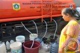 Warga antre pembagian bantuan air bersih dari BPBD Kabupaten Bogor dan PDAM Tirta Kahuripan di kantor Desa Bojong Jengkol, Ciampea, Kabupaten Bogor, Jabar, Sabtu (4/7). Sebanyak 8 Kecamatan dari 18 Desa di wilayah Kabupaten Bogor mengalami kesulitan air bersih karena air sumur milik warga kering pada musim kemarau.(Foto Antara/Arif Firmansyah)