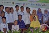 Staf Khusus Mensos Prof Dr M Mas'ud Said dan Kapuspensos Kemensos Tati Nugrahati bersama peserta Pesantren Kilat Literasi Media di kampus SEAMEO Biotrop, Bogor, Jabar, Sabtu (4/7).(Foto: Antara/Teguh Ariffaiz Nasution)