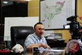 Kepala Balai Konservasi Sumber Daya Alam (BKSDA) Kalbar, Sustyo Iriyono berbicara kepada wartawan saat jumpa pers di kantor BKSDA Kalbar, di Pontianak, Senin (6/7). Sustyo Iriyono menyatakan bahwa dari hasil pemantauan BKSDA Kalbar sejak Sabtu (4/7) hingga Minggu (5/7), tercatat ada sembilan titik api yang disebabkan oleh pembakaran lahan yang tersebar di Kabupaten Kubu Raya, Bengkayang, Landak, Melawi dan Sambas. Hal tersebut mengakibatkan timbulnya kabut asap di Kota Pontianak.  ANTARA FOTO/Jessica Helena Wuysang/15