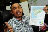 Kepala Balai Konservasi Sumber Daya Alam (BKSDA) Kalbar, Sustyo Iriyono memperlihatkan peta titik api kepada wartawan saat jumpa pers di kantor BKSDA Kalbar, di Pontianak, Senin (6/7). Sustyo Iriyono menyatakan bahwa dari hasil pemantauan BKSDA Kalbar sejak Sabtu (4/7) hingga Minggu (5/7), tercatat ada sembilan titik api yang disebabkan oleh pembakaran lahan yang tersebar di Kabupaten Kubu Raya, Bengkayang, Landak, Melawi dan Sambas. Hal tersebut mengakibatkan timbulnya kabut asap di Kota Pontianak.  ANTARA FOTO/Jessica Helena Wuysang/15
