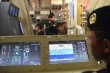 Sejumlah anak buah kapal (ABK) mengoperasikan mesin simulator kapal selam Submarine Control Simulator (SCS) di sela-sela peresmian gedung Submarine Training Center (STC) di komplek Komando dan Latihan (Kolat) Koarmatim, Ujung, Surabaya, Jawa Timur, Senin (13/7). KSAL Laksamana TNI Ade Supandi menyatakan simulator kapal selam tersebut merupakan sarana untuk meningkatkan profesionalisme anak buah kapal (ABK) kapal selam guna mewujudkan TNI AL yang handal, kuat, dan disegani. ANTARA FOTO/M Risyal Hidayat/ed/aww/15.