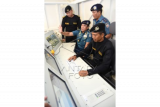 KSAL Laksamana TNI Ade Supandi (kedua kiri) didampingi Pangarmatim Laksamana Muda TNI Darwanto (kanan) mengamati simulator kapal selam Submarine Control Simulator (SCS) di sela-sela peresmian gedung Submarine Training Center (STC) di komplek Komando dan Latihan (Kolat) Koarmatim, Ujung, Surabaya, Jawa Timur, Senin (13/7). KSAL Laksamana TNI Ade Supandi menyatakan simulator kapal selam tersebut merupakan sarana untuk meningkatkan profesionalisme anak buah kapal (ABK) kapal selam guna mewujudkan TNI AL yang handal, kuat, dan disegani. ANTARA FOTO/M Risyal Hidayat/ed/aww/15.