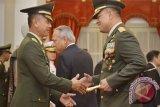 Panglima TNI Jenderal Gatot Nurmantyo (kanan) berjabat tangan dengan Kepala Staf Angkatan Darat (KSAD) Letnan Jenderal TNI Mulyono (kiri) usai pelantikan oleh Presiden Joko Widodo di Istana Merdeka, Jakarta, Rabu (15/7/15). Letjen Mulyono menggantikan KSAD sebelumnya Jenderal Gatot Nurmantyo yang menjabat Panglima TNI. (ANTARA FOTO/Yudhi Mahatma)