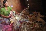Perajin kapal gabus musiman mengumpulkan kapal gabus pesanan yang sudah siap jual di kediamannya di Kecamatan Seberang Ulu I Palembang, Sumsel, Jumat (31/7). Kapal Gabus merupakan tradisi musiman yang dijual hanya pada saat dan menjelang perayaan HUT RI di jalanan Kota Palembang, umumnya disandingkan dengan telur bercangkang merah atau dikenal dengan telok abang. ANTARA FOTO/ Feny Selly/ss/pd/15