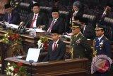 Presiden Joko Widodo menyampaikan pidato kenegaraan pertamanya dalam Sidang Tahunan MPR Tahun 2015 di Kompleks Parlemen, Senayan, Jakarta, Jumat (14/8). Dalam sidang tersebut Presiden Joko Widodo menyampaikan laporan pertanggungjawaban kinerja lembaga-lembaga negara. ANTARA FOTO/Akbar Nugroho Gumay