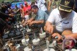Bupati Tulungagung Syahri Mulyo (dua kanan) ikut memasang ekstrak terumbu karang di atas tatakan besi pada puncak acara penanaman terumbu karang di Teluk Sine, Tulungagung, Jawa Timur, Sabtu (15/8). Korps Marinir TNI AL melakukan penanaman terumbu karang serentak di 3.000 titik, mulai dari Sabang hingga Merauke, dalam rangka memperingati HUT Kemerdekaan ke-70 RI. Antara Jatim/Foto/Destyan Sujarwoko/15