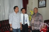 Pimpinan Cabang PT Taspen Gorontalo Gunawan Prio Widodo, melihat sejumlah lomba perayaan HUT RI ke 70 di Rumah Jabatan Gubernur, Selasa (18/8). Dimana PT Taspen, turut memberikan sejumlah hadiah perlombaan.