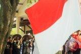 Sejumlah petani mengikuti upacara Hari Ulang Tahun ke-70 Kemerdekaan RI di halaman rumah pengasingan Soekarno atau rumah milik Djiauw Kie Siong, Rengasdengklok, Karawang, Jawa Barat, Senin (17/8).  Upacaraitu digelar untuk menumbuhkan semangat kemerdekaan di kalangan masyarakat dan untuk memaknai berartinya peristiwa Rengasdengklok dalam sejarah kemerdekaan RI , 17 Agustus 1945. (ANTARA FOTO/M.Ali Khumaini)